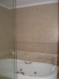 Vista da banheira com revestimento em pastilhas Mosarte